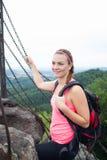 Ung attraktiv kvinna på överkanten av berget Arkivfoto