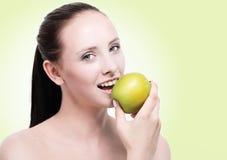 Ung attraktiv kvinna som äter ett äpple arkivbild