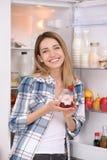 Ung attraktiv kvinna som äter smaklig yoghurt royaltyfria bilder