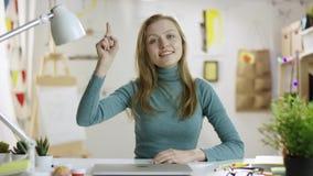 Ung attraktiv kvinna som försöker att göra en punkt lager videofilmer