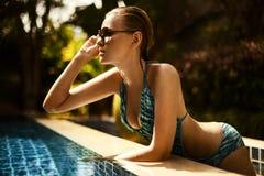 Ung attraktiv kvinna som har bra tid i simning Arkivbild