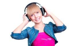 Ung attraktiv kvinna som listar till musik Arkivbilder