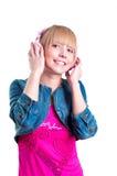 Ung attraktiv kvinna som listar till musik Royaltyfri Fotografi