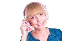 Ung attraktiv kvinna som listar till musik Arkivfoto