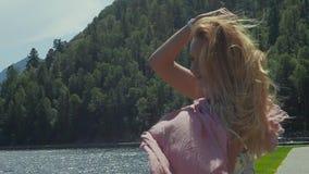 Ung attraktiv kvinna som omkring rotera med halsduken lager videofilmer