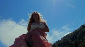 Ung attraktiv kvinna som omkring rotera med halsduken arkivfilmer