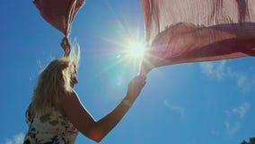 Ung attraktiv kvinna som omkring rotera med halsduken stock video