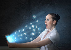 Ung attraktiv kvinna som rymmer en minnestavla Fotografering för Bildbyråer