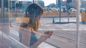 Ung attraktiv kvinna som sitter på bussen eller tunnelhållaren Dubbelexponering Flicka med sin mobiltelefon Skriva in ett meddela stock video