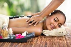 Ung attraktiv kvinna som tycker om i asiatisk massage Royaltyfri Foto