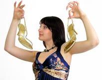 Ung attraktiv kvinna som visar eleganta guld- skor med högt H Royaltyfri Foto