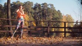 Ung attraktiv kvinnadans på bron bara lager videofilmer
