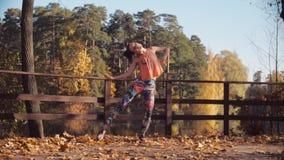 Ung attraktiv kvinnadans på bron bara stock video