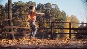 Ung attraktiv kvinnadans på bron bara arkivfilmer