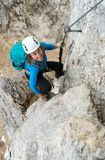 Ung attraktiv kvinnlig bergsbestigare i dolomitesna av Italien royaltyfria bilder
