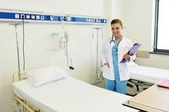 Ung attraktiv kvinnlig doktorssjuksköterska arkivfoton