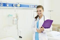 Ung attraktiv kvinnlig doktorssjuksköterska arkivbild