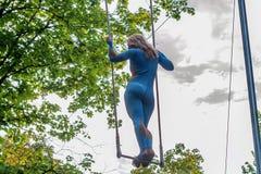 Ung attraktiv kvinnlig trapetskonstnär för tillbaka sikt Arkivfoton