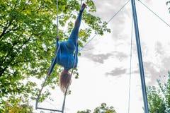 Ung attraktiv kvinnlig trapetskonstnär för tillbaka sikt Arkivfoto
