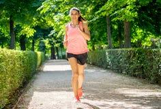 Ung attraktiv lycklig löpare som utarbetar i ett stadsparti i konditionbegrepp royaltyfri fotografi