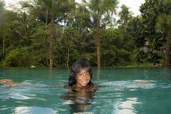 Ung attraktiv lycklig svart afrikansk amerikankvinna som tycker om ferier i tropisk semesterortoändlighetspöl till den härliga dj Royaltyfria Foton