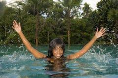 Ung attraktiv lycklig svart afrikansk amerikankvinna som tycker om ferier i tropisk semesterortoändlighetspöl till den härliga dj Arkivbild