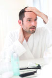 Ung attraktiv man som tar omsorg av hans hår royaltyfri fotografi