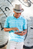 Ung attraktiv manlig användande minnestavlaPC Royaltyfria Foton