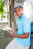 Ung attraktiv manlig användande minnestavlaPC Royaltyfria Bilder
