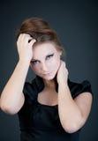 Ung attraktiv modemodell som poserar på mörk bakgrund. Arkivfoton