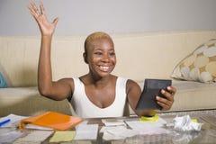 Ung attraktiv och lycklig lyckad svart afro amerikansk kvinna som in ler tillfredsställda inhemska redovisningsaffärsskatt och be Royaltyfri Foto
