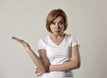 Ung attraktiv och lynnig kvinna som poserar ensam ilsket och upprivet i dålig lynne- och ursinneframsida Royaltyfri Foto