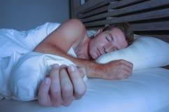 Ung attraktiv och stilig trött man på hans 30-tal eller 40-tal, i att sova för säng som är shirtless fridfullt och kopplat av på  Royaltyfri Fotografi
