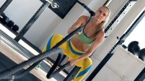 Ung attraktiv sportive kvinna som slåss rep royaltyfri fotografi