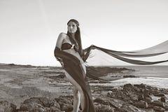 Ung attraktiv svartvit modell på strand Arkivfoton