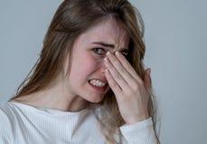 Ung attraktiv tonåringflicka som ser skrämd, skrämd och chockad M?nskliga uttryck och sinnesr?relser royaltyfri bild