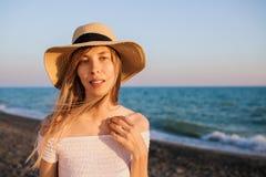 Ung attraktiv turist- flicka som kopplar av på stranden arkivbilder