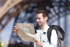 Ung attraktiv turist- läsningöversikt i Paris Fotografering för Bildbyråer