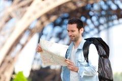 Ung attraktiv turist- läsningöversikt i Paris Arkivbilder