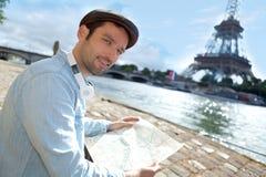 Ung attraktiv turist- läsningöversikt i Paris Arkivbild