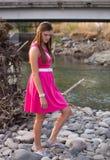 Ung audltstående i rosa färgklänning utomhus royaltyfria foton