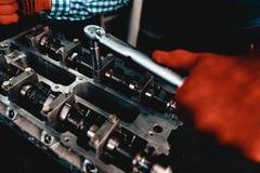 Ung auto mekaniker Twists en mutter Tjänste- station royaltyfria foton