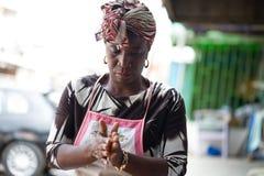 Ung bakelsekvinna som förbereder klimpar arkivfoton