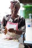 Ung bakelsekvinna som förbereder klimpar royaltyfri fotografi