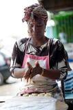 Ung bakelsekvinna som förbereder klimpar fotografering för bildbyråer
