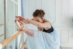 Ung balettdansör i dansgrupp arkivfoto