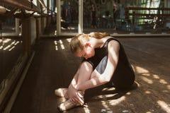 Ung balettdansör som öva i grupp royaltyfri fotografi