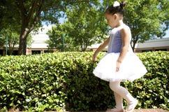 Ung balettdansör utomhus Royaltyfri Fotografi