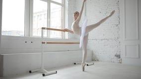 Ung ballerina i balettgrupp lager videofilmer