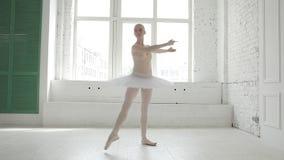 Ung ballerina i balettgrupp arkivfilmer